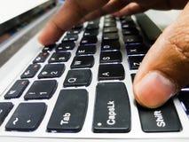 Doigts appuyant sur des touches sur le clavier d'ordinateur portable une fin vers le haut des viewFingers appuyant sur des touche image libre de droits