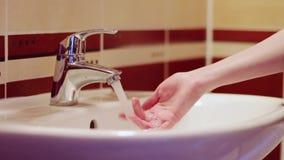 Doigts d'homme de robinet d'écoulements d'eau banque de vidéos