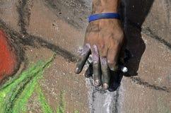 Doigts d'un artiste de craie de trottoir Images libres de droits