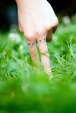 Doigts dans l'herbe Image stock