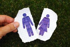 Doigts de femme tenant le morceau de papier avec le chiffre tiré par la main d'homme Images stock