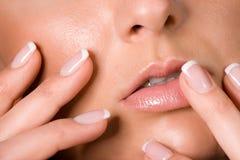 Doigts de femmes avec l'ongle acrylique Images libres de droits