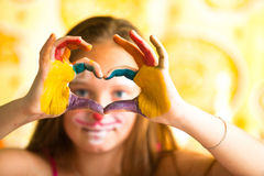 Doigts de fille pliés sous forme de coeur Photographie stock libre de droits