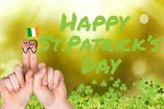 Doigts de jour de Patricks avec le drapeau irlandais Images libres de droits