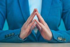 Doigts de Steepled de femme d'affaires en tant que sig sûrs de geste de main Images stock