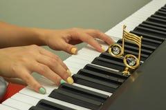 Doigts jouant les claviers de piano électroniques Photos libres de droits