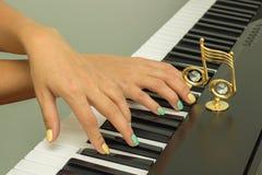 Doigts jouant les claviers de piano électroniques Photo libre de droits
