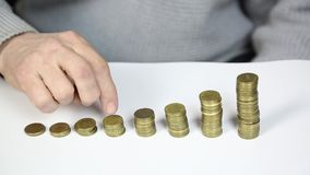 Doigts sur des pièces de monnaie clips vidéos