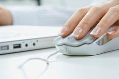 Doigts sur la souris d'ordinateur Photographie stock libre de droits