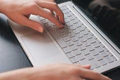 Doigts sur le clavier Taper photographie stock