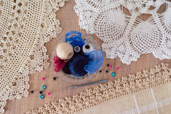 Doilies και προμήθειες για το πλέξιμο τετάρτων Στοκ φωτογραφία με δικαίωμα ελεύθερης χρήσης
