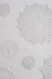Doilies feitos crochê no gesso em uma parede Imagens de Stock Royalty Free