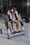 Doing Biceps Exercise di modello maschio muscolare bello Fotografia Stock Libera da Diritti