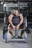 Doing Biceps Exercise modelo masculino muscular considerável Foto de Stock Royalty Free