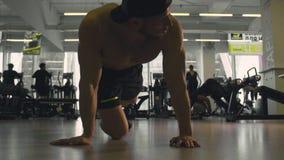 doing man push ups young απόθεμα βίντεο