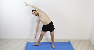 doing man yoga young φιλμ μικρού μήκους
