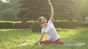 doing outdoors woman yoga απόθεμα βίντεο