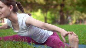 doing outdoors woman yoga φιλμ μικρού μήκους