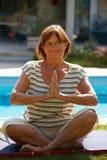 doing senior woman yoga Στοκ Φωτογραφία