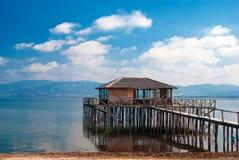 doirani区域希腊的一个典型的盐水湖房子 库存照片