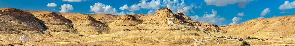 Doiret全景,一个小山顶位于的巴巴里人村庄在南突尼斯 免版税库存照片