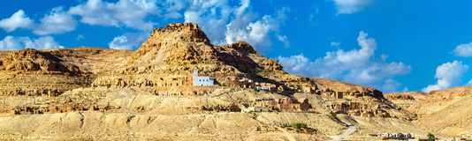 Doiret看法,一个小山顶位于的巴巴里人村庄在南突尼斯 库存照片