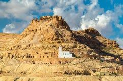 Doiret看法,一个小山顶位于的巴巴里人村庄在南突尼斯 免版税库存照片