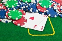 Dois ás e microplaquetas de póquer Fotos de Stock