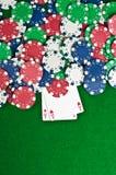 Dois ás e microplaquetas de póquer Fotografia de Stock