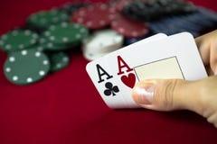 Dois ás e microplaquetas de póquer Imagens de Stock