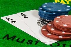 Dois áss com microplaquetas de pôquer Fotografia de Stock