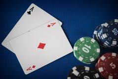 Dois áss e microplaquetas de jogo na tabela do casino Fotografia de Stock