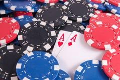 Dois áss e microplaquetas de pôquer imagens de stock