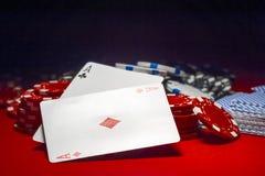 Dois áss e uma pilha de microplaquetas de pôquer Foto de Stock