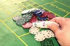 Dois áss entregam-no travaram com partes de pôquer Foto de Stock