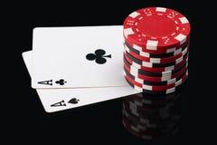 Dois áss na contagem dos cartões e de microplaqueta do pôquer neles Imagem de Stock