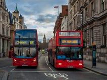 Dois ônibus vermelhos da cidade em Londres, Reino Unido Fotografia de Stock Royalty Free