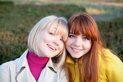 Dois adolescentes ao ar livre Imagens de Stock Royalty Free