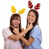 Dois adolescentes asiáticos felizes novos que sorriem e que levantam junto imagem de stock royalty free