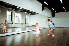 Dois adolescentes bonitos da dança da geração z perto do espelho imagens de stock royalty free