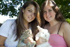 Dois adolescentes com coelhos Foto de Stock Royalty Free