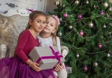 Dois adolescentes com os presentes no estúdio do Natal imagem de stock