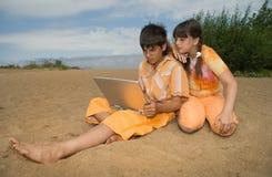 Dois adolescentes com portáteis Imagem de Stock Royalty Free