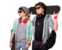 Dois adolescentes com skateboarsd Foto de Stock