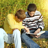 Dois adolescentes com um livro Imagem de Stock
