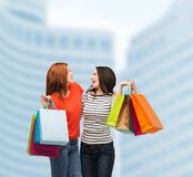 Dois adolescentes de sorriso com sacos de compras Fotos de Stock