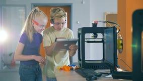 Dois adolescentes estão participando em uma experiência científica em um quantorium video estoque