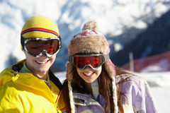 Dois adolescentes no feriado do esqui nas montanhas Fotografia de Stock Royalty Free