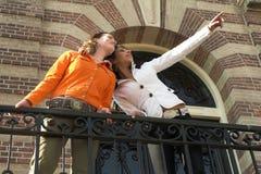 Dois adolescentes para fora e aproximadamente fotos de stock royalty free