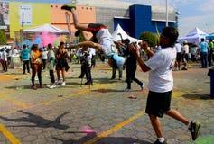 Dois adolescentes praticam um salto mortal reverso em um evento desportivo em México imagem de stock